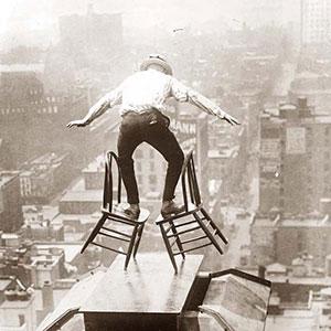 mand balancere på 2 stole